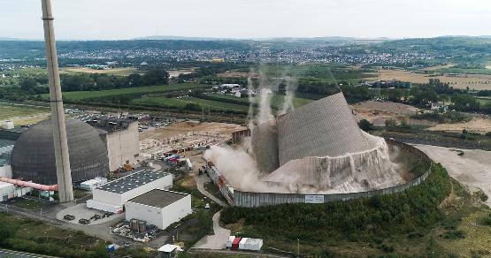 Atomerőmű hűtőtornyát rombolták le Németországban
