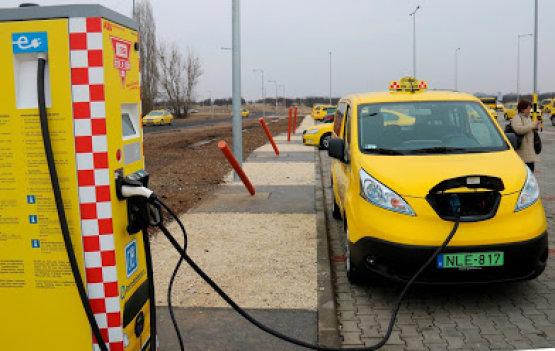 E-autó töltőállomást adtak át a budapesti repülőtéren