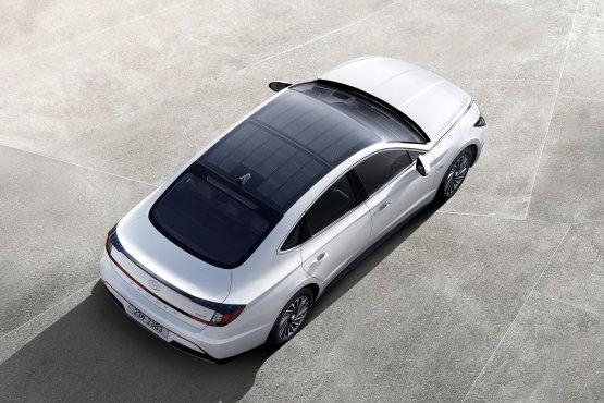 Napelemes autót dobtak piacra, 1300 kilométert mehet napenergiával évente