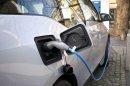 Káosz van az elektromosautó-töltés piacán, egyre több helyen fizetni is kell