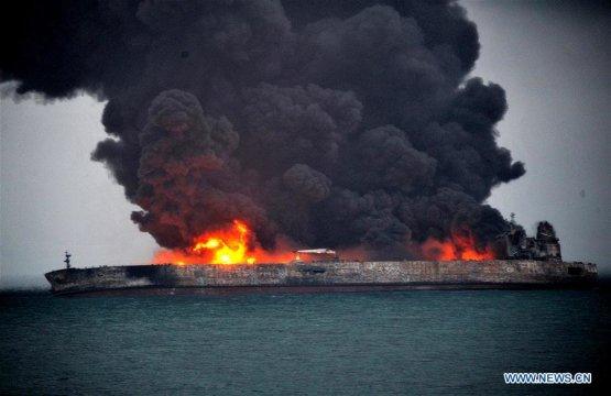 Kigyulladt egy tanker a Jangce-torkolatánál - Videó