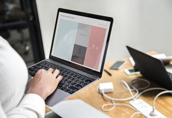 Tényleg fogyasztja az áramot a laptop, ha bedugva hagyjuk?