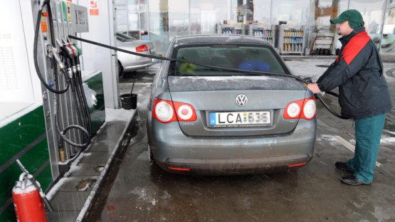 Rossz hír az autósoknak, drágul az olaj, tovább emelkednek az üzemanyagárak