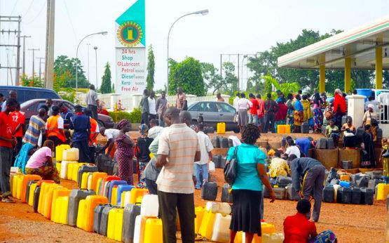 Nigériai vezető: szégyenteljes és szomorú, hogy üzemanyagot kell importálnunk