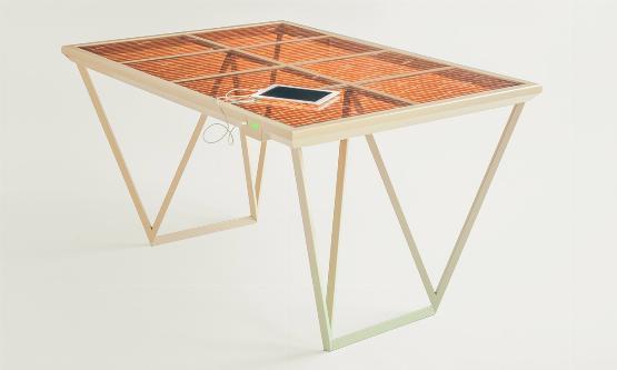 Napfény nélkül tölti a mobiltelefont az új napelemes asztal