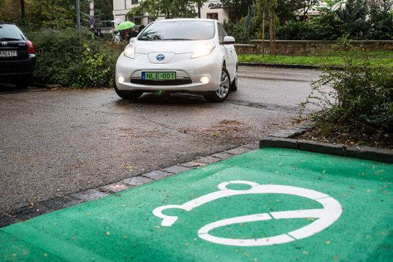 Többmilliós támogatás elektromos autó vásárlásra
