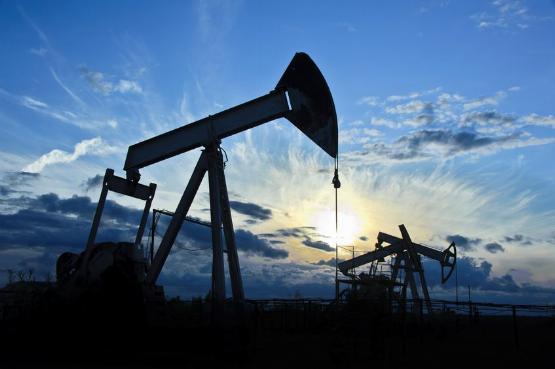 Oroszország beadta a derekát: egy éves csúcson az olaj